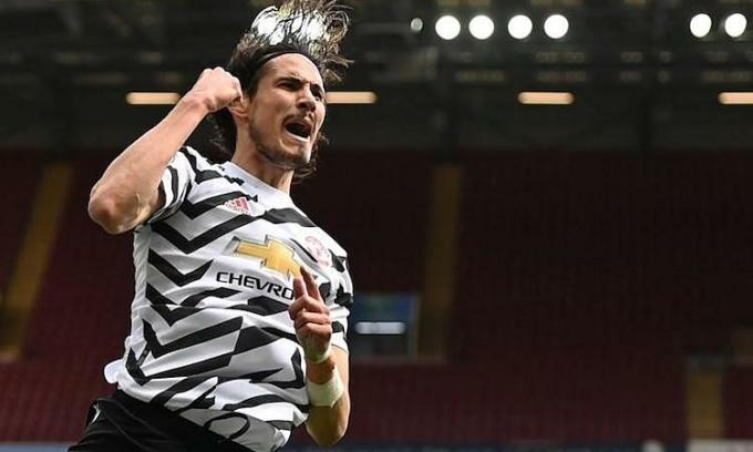 Cavani chia vui sau khi ghi bàn vào lưới Aston Villa ở Ngoại hạng Anh hôm 9/5. Ảnh: Reuters.