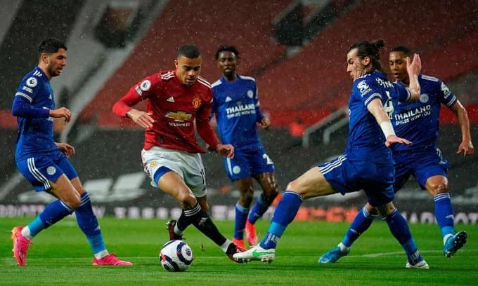 Greenwood rê qua Soyuncu trước khi ghi bàn gỡ hoà 1-1. Ảnh: Reuters