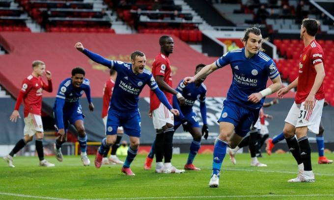 Leicester (áo xanh) dứt chuỗi 14 trận bất bại của Man Utd ở Ngoại hạng Anh. Ảnh: Reuters