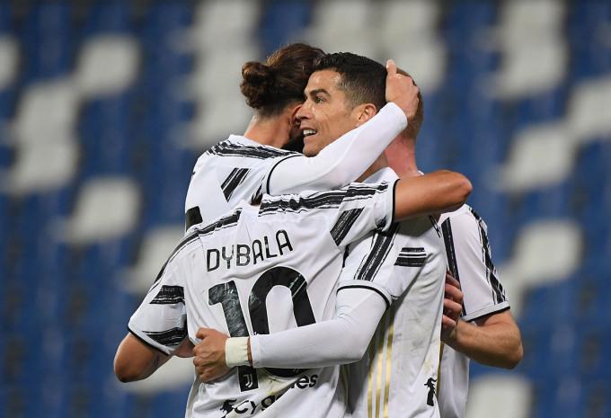 Ronaldo mừng bàn thắng với các đồng đội, khi Juventus hạ Sassuolo ở Serie A tối 12/5. Ảnh: Reuters.