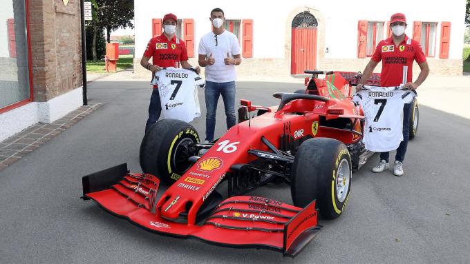 Ronaldo chụp ảnh cùng các tay đua của Ferrari. Ảnh: Ferrari.