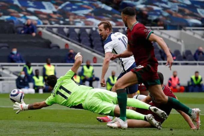 Kane giúp Tottenham vượt lên sau pha xử lý mẫu mực. Ảnh: AFP.