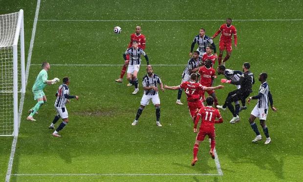 Becker đánh đầu như một tiền đạo ghi bàn cho Liverpool. Ảnh: Reuters.