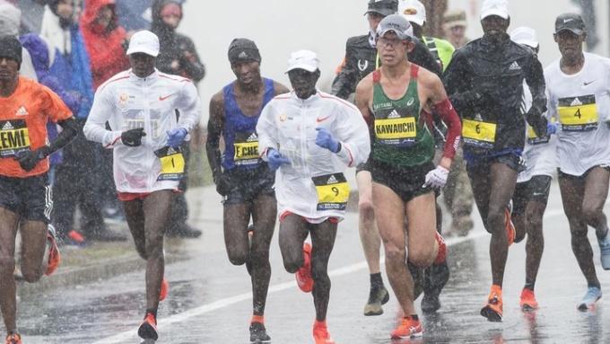 Boston Marathon 2018 diễn ra trong thời tiết mưa gió. Ảnh: Boston Marathon.