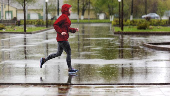 Nhiều người thích chạy dưới trời mưa. Ảnh: Stock.