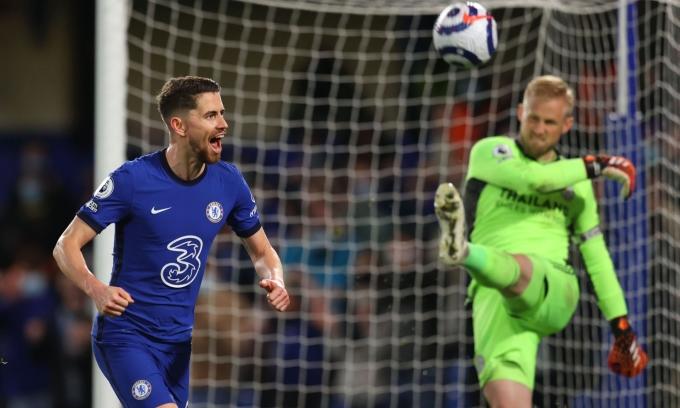 Jorginho mừng bàn ấn định thắng lợi 2-1 cho Chelsea sau khi hạ Kasper Schmeichel trong pha đá phạt đền ở phút 66. Ảnh: Reuters