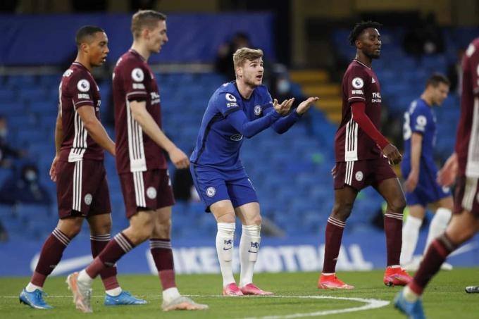 Werner phàn nàn với trọng tài sau khi bị Tielemans phạm lỗi trong 16m50 của Leicester. Ảnh: EPA