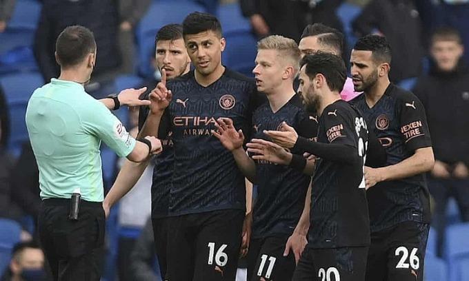 Cầu thủ Man City phản ứng với trọng tài sau khi Cancelo nhận thẻ đỏ. Ảnh: AP.