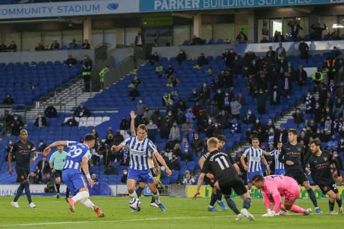 Burn ấn định chiến thắng 3-2 cho Brighton. Ảnh: Reuters.