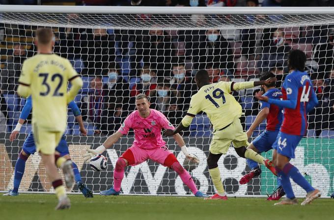 .... trước khi Pepe solo ghi bàn ấn định chiến thắng cho Arsenal. Ảnh: Reuters.