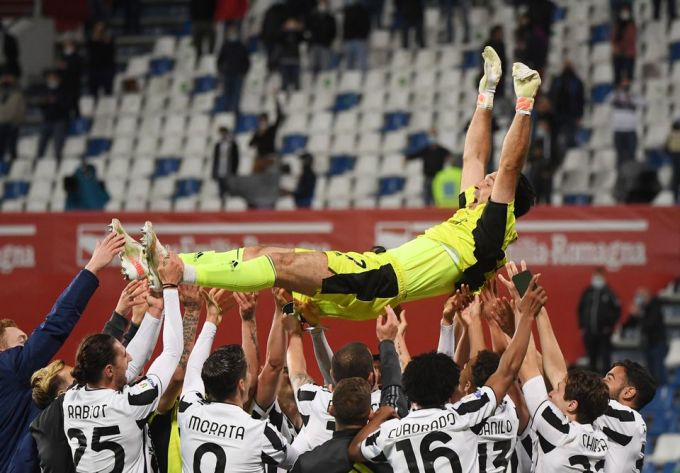 Federico Chiesa (thứ hai từ phải sang) cùng đồng đội tung hô Buffon sau trận chung kết. Ảnh: Reuters.