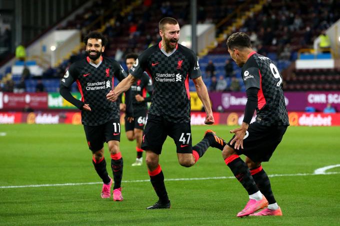Firmino và Salah chia vui với Nat Phillips sau khi hậu vệ ngày nhân đôi cách biệt cho Liverpool đầu hiệp hai. Ảnh: Twitter / Liverpool
