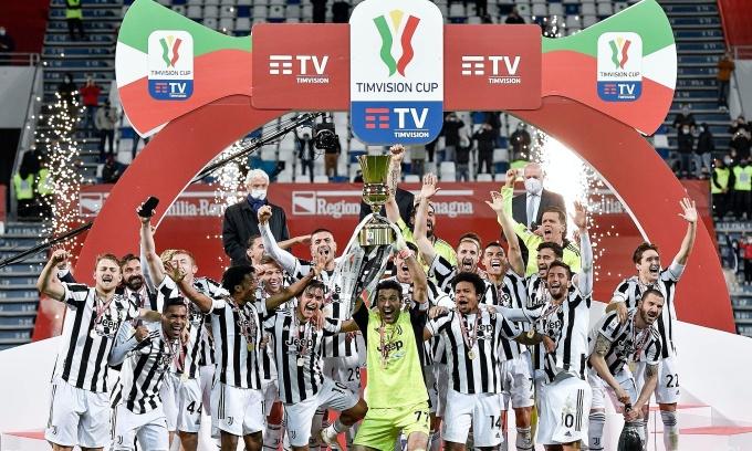 Các cầu thủ Juventus nâng Cup trên sân Mapei. Ảnh: Twitter / Juventus