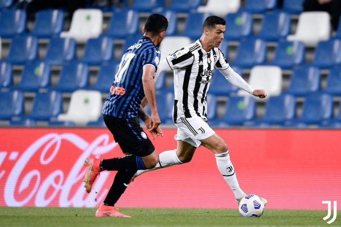 Ronaldo đá trọn 90 phút, nhưng tịt ngòi. Anh không ghi được bàn nào qua ba lần đấu Atalanta trên mọi mặt trận mùa này. Ở lượt đi Serie A, Ronaldo đá hỏng phạt đền trong trận hoà 1-1. Ở lượt về, anh im tiếng và Juventus thua 0-1 trên sân Atalanta. Ảnh: Twitter / Juventus
