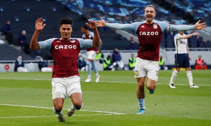 Ollie Watkins (trái) mừng bàn nâng tỷ số lên 2-1 cho đội khách Aston Villa. Ảnh: Reuters