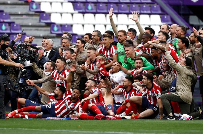 Thầy trò Simeone chụp ảnh tập thể sau khi đánh bại Valladolid để vô địch La Liga. Ảnh: Reuters.