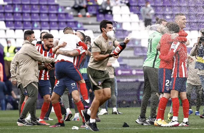 Cầu thủ Atletico Madrid bật sâm-panh mừng chức vô địch La Liga thứ 11. Ảnh: Reuters