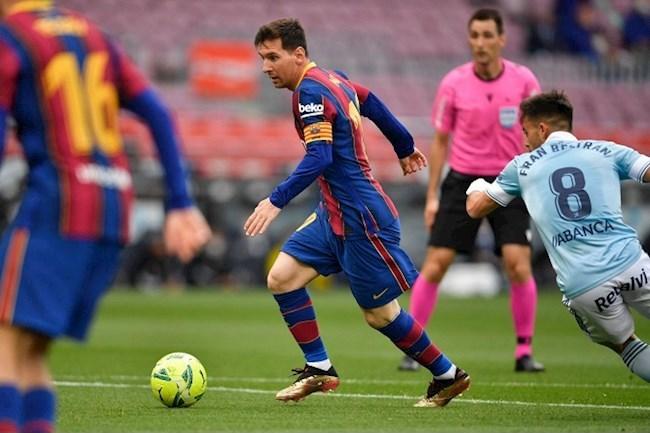 Messi (giữa) vẫn đều đặn ghi bàn cho Barca ngay cả khi không còn nhiều đồng đội giỏi như trước. Ảnh: EFE.