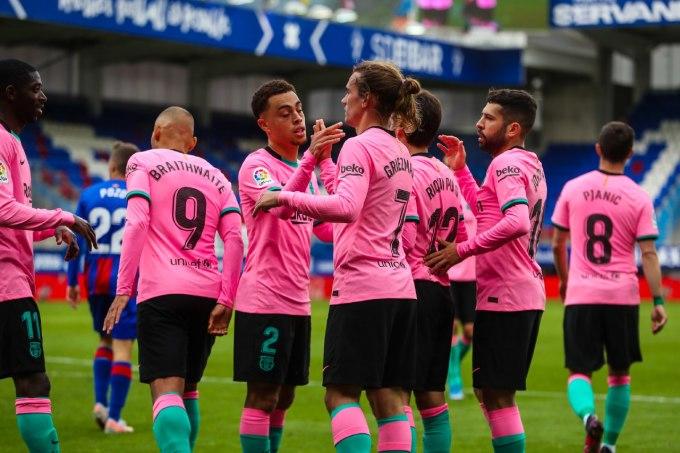 Cầu thủ Barca (hồng) mừng bàn thắng cuối cùng trong mùa giải. Ảnh: AP.
