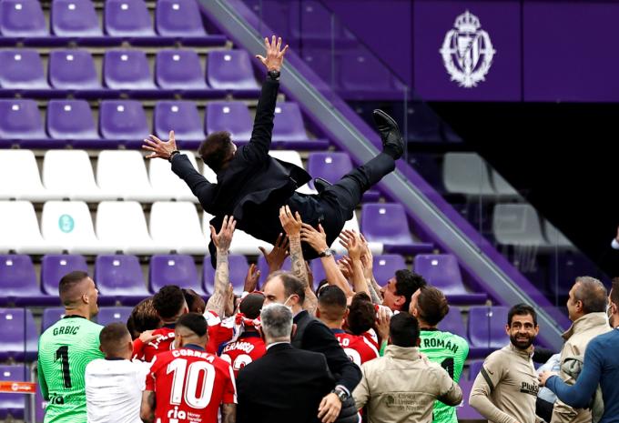 Các cầu thủ công kênh HLV Simeone sau khi vô địch. Ảnh: Reuters.