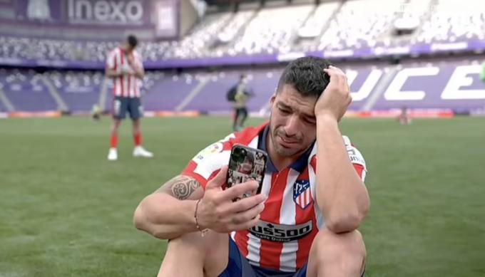 Suarez khóc khi gọi điện cho gia đình và bạn bè. Ảnh: La Liga.