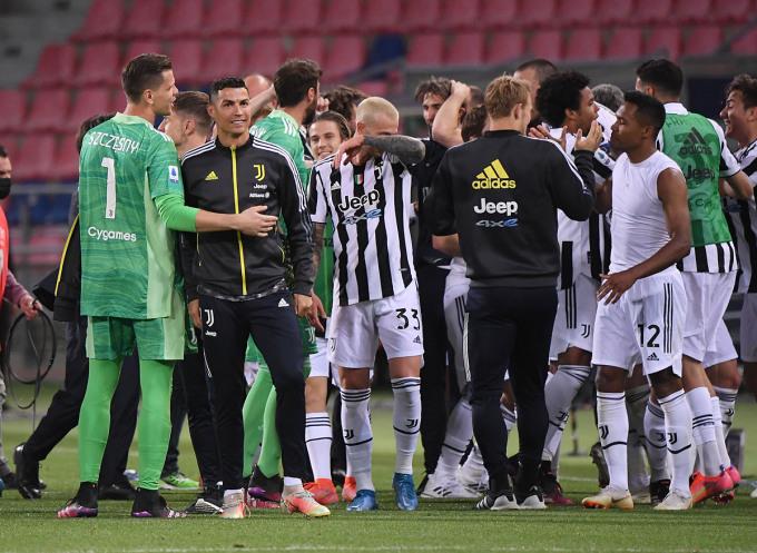 Ronaldo (bộ đồng phục đen) chung vui cùng các đồng đội sau khi hay tin đội nhà giành vé dự Champions League. Ảnh: Reuters.