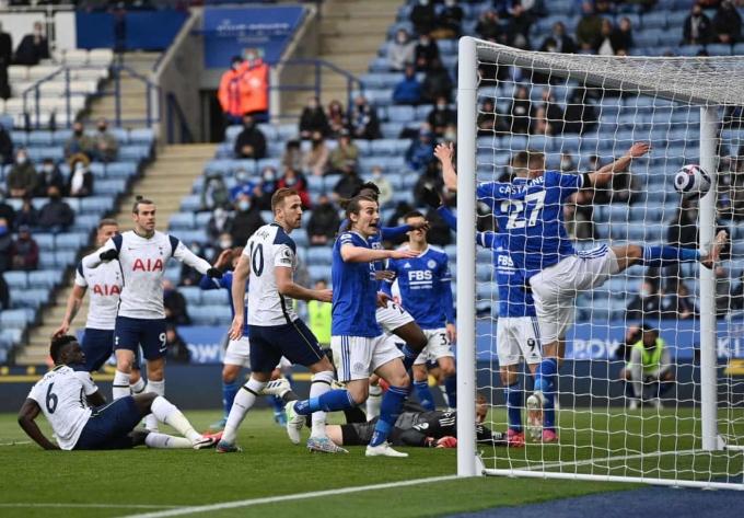 Bàn phản lưới này khiến Leicester vuột tấm vé dự Champions League mùa sau. Ảnh: Reuters