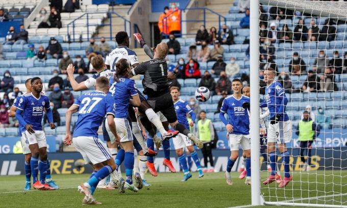 Thủ môn Schmeichel trong pha phản lưới nhà, khiến Leicester vuột tấm vé dự Champions League mùa sau. Ảnh: Guardian