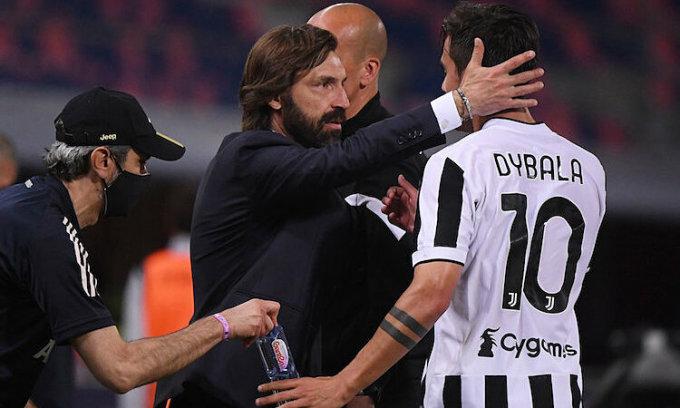 Pirlo chia vui với Paulo Dybala sau khi đội nhà giành vé dự Champions League. Ảnh: Reuters.