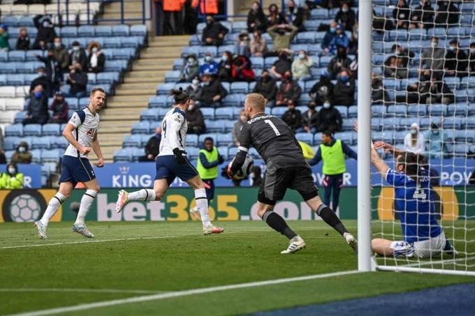 Kane chia vui sau khi kiến tạo cho Bale nâng tỷ số lên 3-2 trước Leicester. Ảnh: EPA