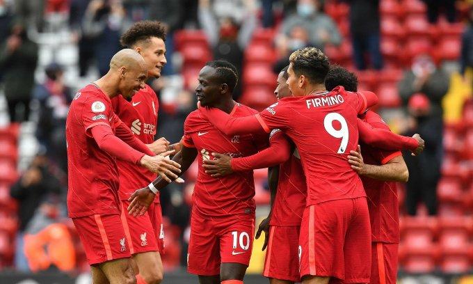 Cầu thủ Liverpool chia vui với Sadio Mane sau khi tiền đạo người Senegal nhân đôi tỷ số. Ảnh: EPA