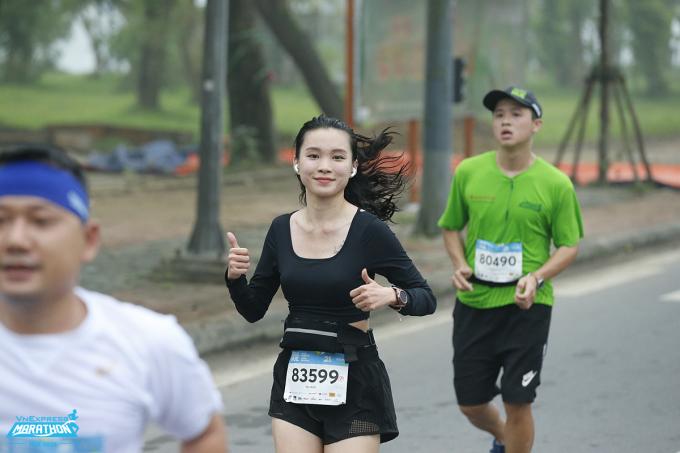 Nữ runner trên đường chay VM Huế 2020. Ảnh: VnExpress Marathon.