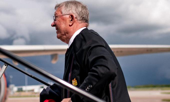 Ferguson lên máy bay để đến Ba Lan cùng Man Utd. Ảnh: Man Utd.