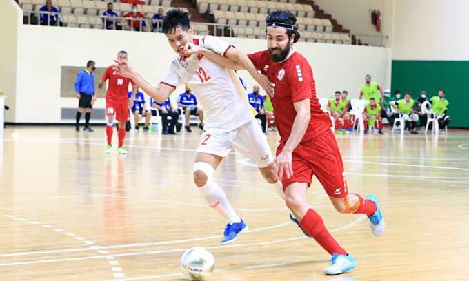 Nguyễn Thành Tín (số 12) tranh bóng với El Dine - cầu thủ nổi bật nhất bên phía Lebanon. Ảnh: VFF