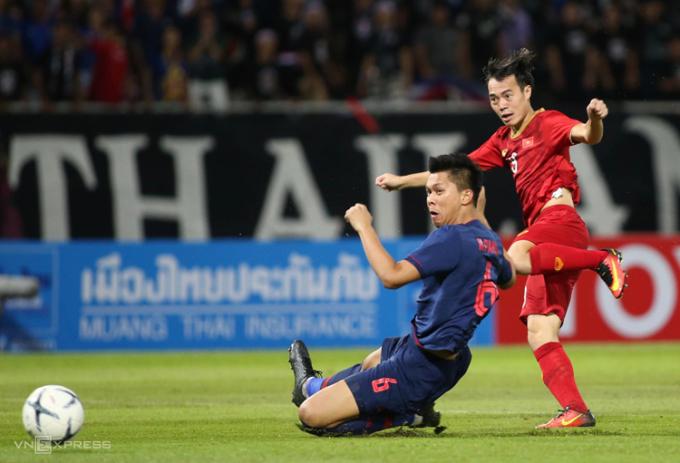 Phong độ cao của những cầu thủ như Văn Toàn (phải) có thể khiến thầy Park tính đến khả năng dùng hai tiền đạo. Ảnh: Lâm Thoả