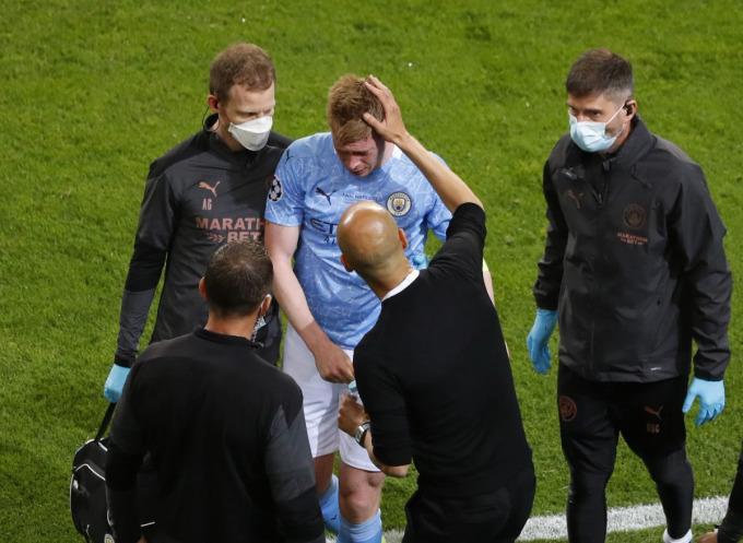HLV Guardiola xem xét vết thương và động viên De Bruyne trước khi quyết định rút tiền vệ này khỏi sân từ phút 60. Ảnh: Reuters