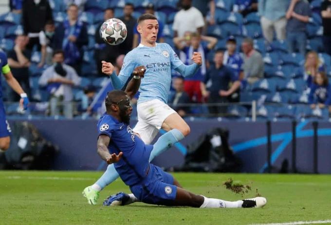 Rudiger (đeo mặt nạ) chơi tốt, nhưng để lại ấn tượng không hay với pha tiểu xảo khiến De Bruyne rời sân. Ảnh: Reuters