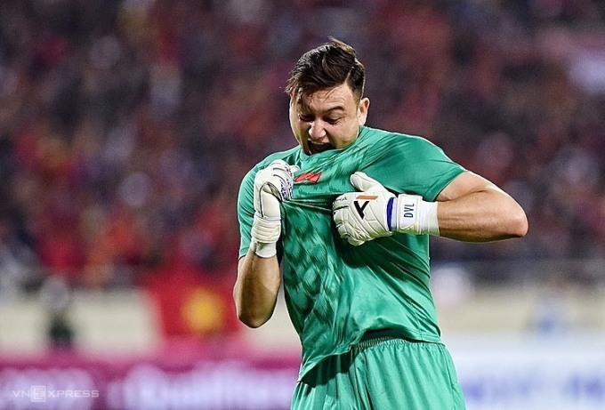 Văn Lâm được coi là không thể thay thế ở đội tuyển Việt Nam hiện tại, nhưng anh phải vắng ba trận còn lại ở vòng loại World Cup vì Covid-19. Ảnh: Giang Huy