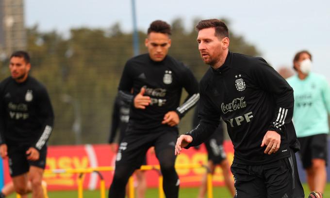 Messi tập buổi đầu cùng tuyển Argentina tại trung tâm huấn luyện quốc gia Ezeiza, Buenos Aires hôm 1/6. Ảnh: AFA
