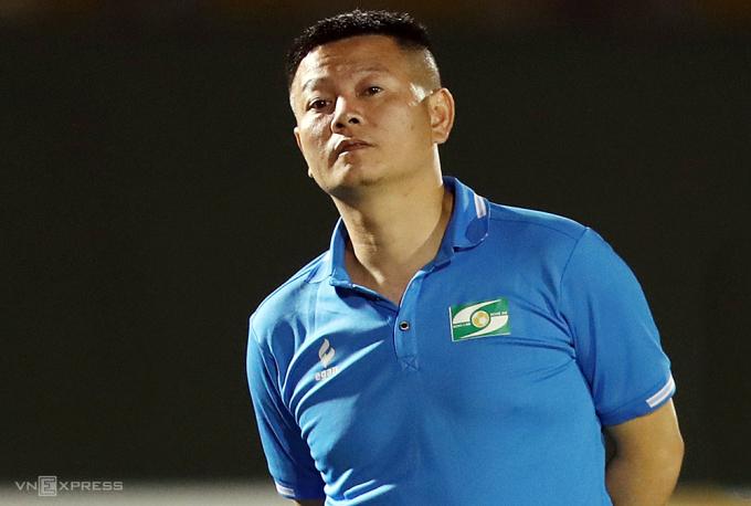 Phạm Văn Quyến vừa cùng SLNA đoạt hạng Ba giải U19 quốc gia ở Bình Dương trước khi trở về làm trợ lý đội 1 SLNA. Ảnh: Đức Đồng.