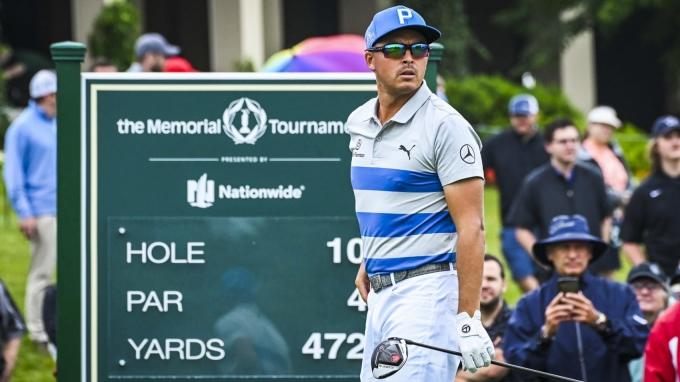 Fowler chọn đeo kính thuốc, trước khi điều trị mắt. Ảnh: PGA Tour