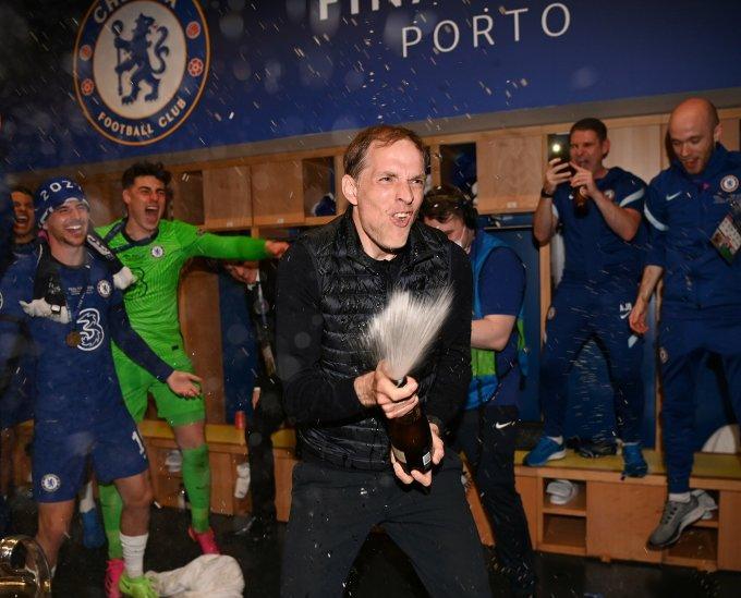 Tuchel xịt champagne mừng chiến thắng sau trận chung kết Champions League hôm 29/5. Ảnh: Twitter / Chelsea