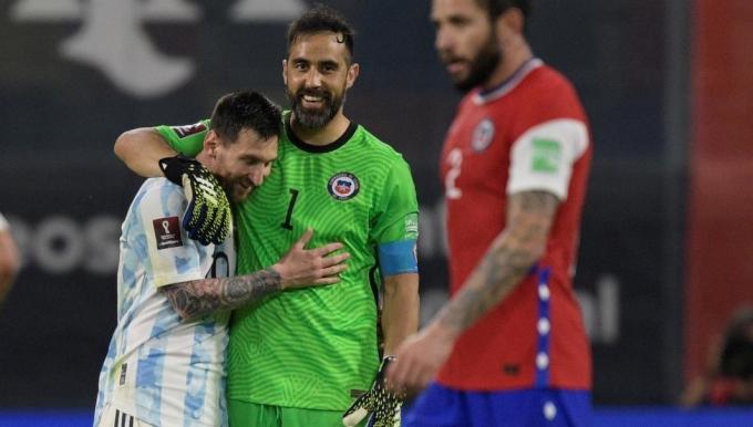 Messi chỉ có thể đánh bại Bravo một lần. Ảnh: EFE.