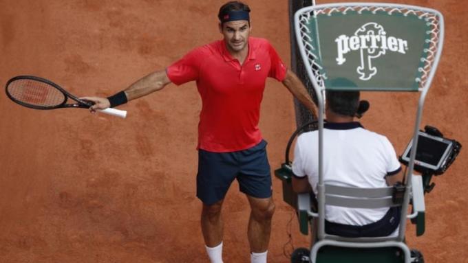 Federer phản ứng mạnh với trọng tài khi bị nhắc nhở. Ảnh: EPA