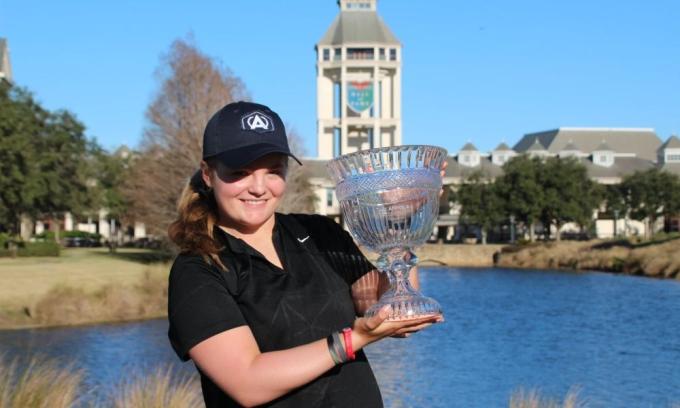 Zweig nâng cúp ở Annika Invitational thuộc đấu trường golf thiếu niên Mỹ AJGA hồi tháng Một. Ảnh: AJGA