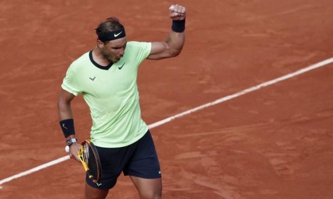 Nadal giơ nắm tay ăn mừng sau khi đánh bại Cameron Norrie ở vòng ba Roland Garros. Ảnh: Reuters.