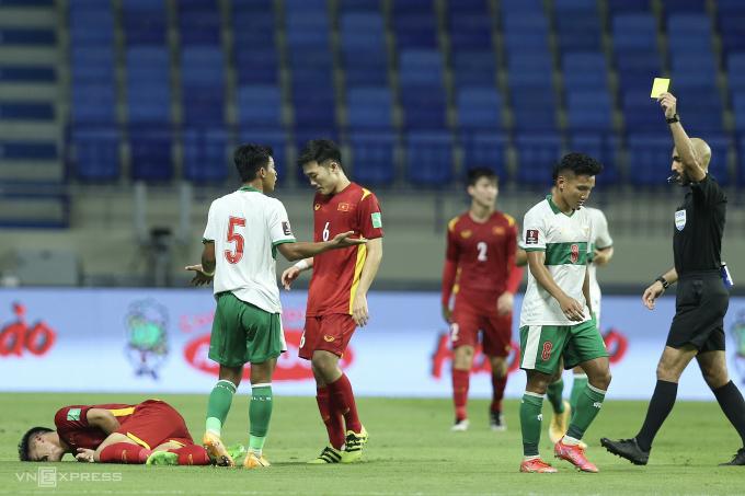 Trọng tài Ahmad Alali chỉ rút năm thẻ vàng phạt cầu thủ Indonesia trong vô số pha bóng nguy hiểm họ tạo ra trước Việt Nam. Ảnh: Lâm Thoả.