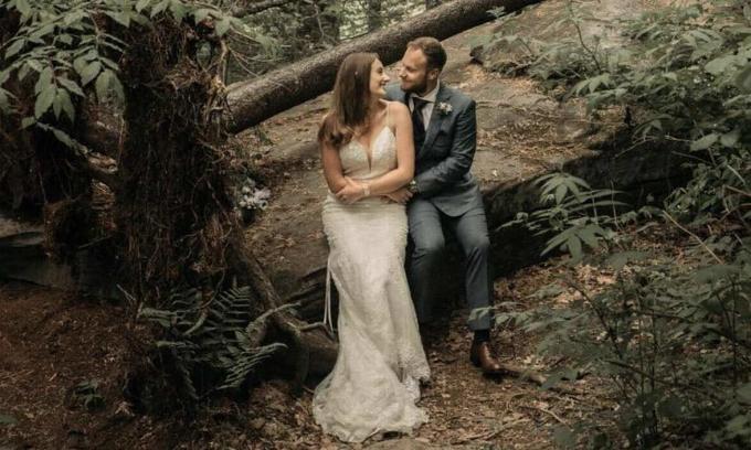 Hatton và hôn thê trong một bức ảnh được tranh thủ chụp lúc tạnh mưa sau lễ cưới muộn 30 phút.
