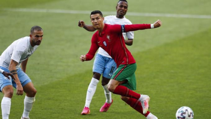 Ronaldo góp một bàn vào lưới Israel. Ảnh: AP.