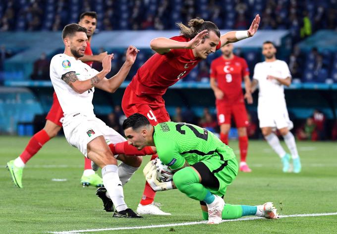 Italy áp đảo trong hiệp một, nhưng không thể đánh sập hàng thủ Thổ Nhĩ Kỳ. Ảnh: EPA